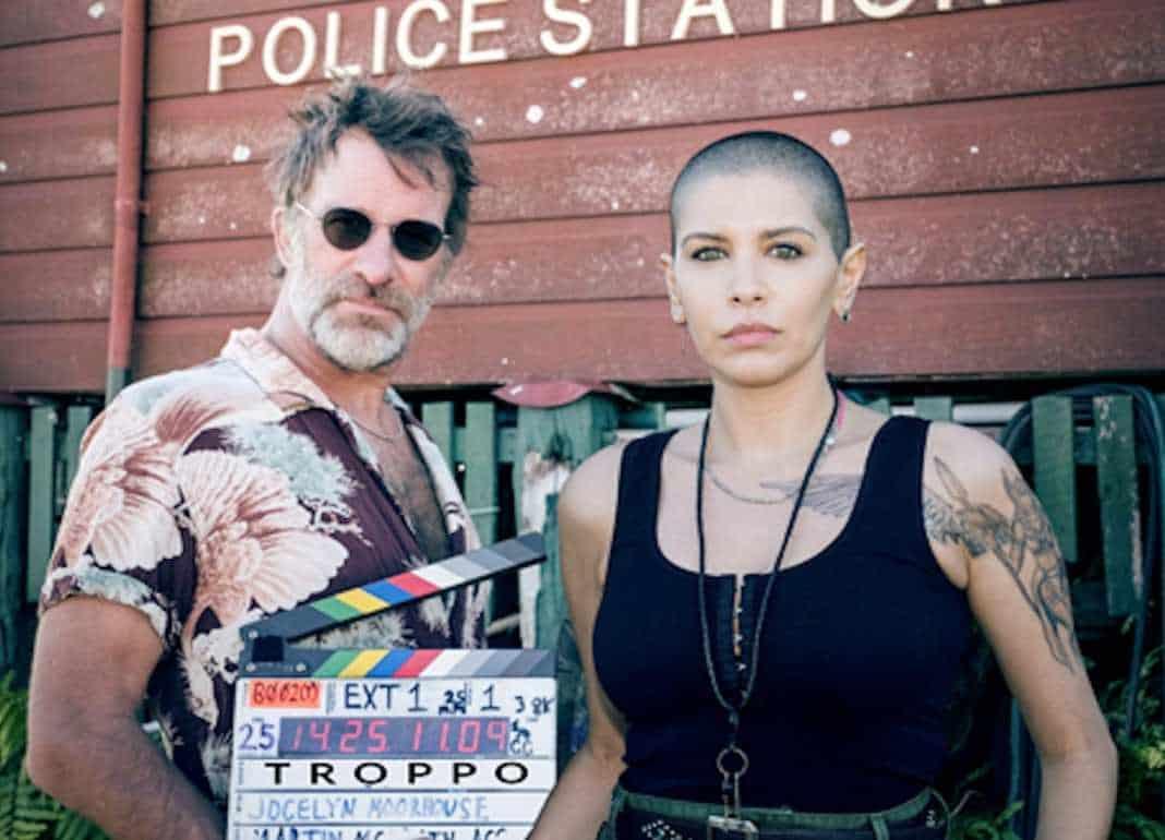 Troppo - foto locandina tv serie crime australiana - magazine Il Biondino della Spider Rossa - ProsMedia - agenzia Corte&Media - ciak